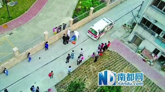 珠海一中学的初中女生遭女生围殴,被打晕倒地。 网友供图
