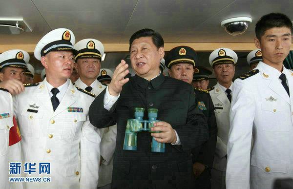 """资料图:习近平在海军""""海口舰""""上考察。"""