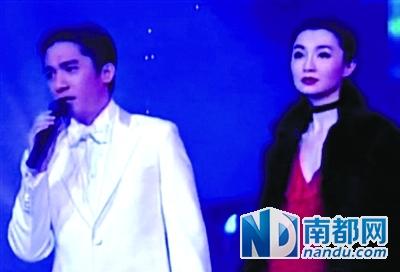 2001年春晚张曼玉与梁朝伟合唱《花样年华》。