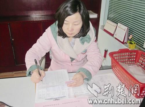 武汉一家幼儿园保育员在登记家长委托喂药