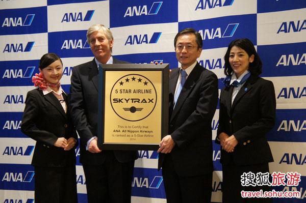 全日空航空公司总裁兼首席执行官�S�x修接受SKYTRAX主席Edward Plaisted颁奖
