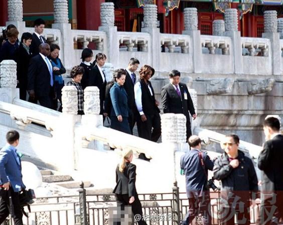3月21日上午,美国总统夫人米歇尔参观故宫,彭丽媛陪同。彭丽媛一身湖蓝色裙装,米歇尔黑白色职业装扮,两个女儿穿着清爽的休闲裙装。