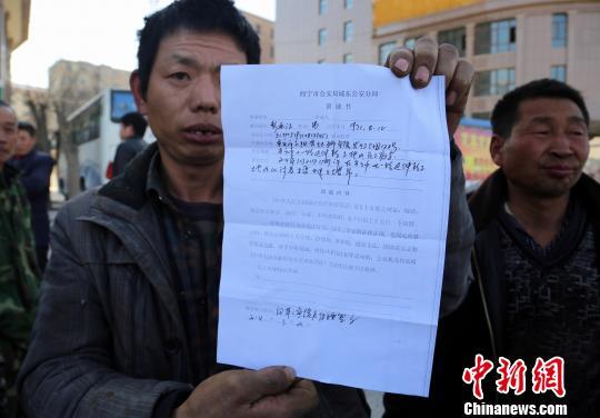 消防人员正在协助最后一名讨薪农民工从塔吊撤下。 胡贵龙 摄