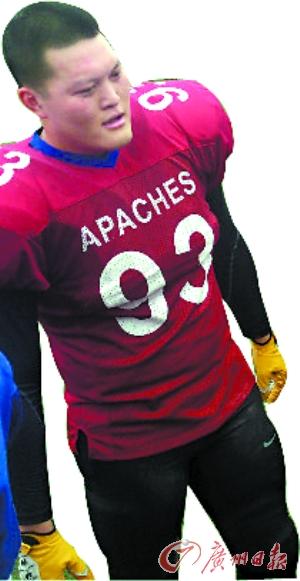 适合 阿琪/大块头阿琪的身板很适合打橄榄球。...