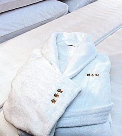 金秀贤被曝出招待规格高 浴袍绣名40人全天候