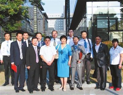 2013年9月18日,蒋锡培(前排左三)与奥思达干细胞有限公司管理层在无锡合影