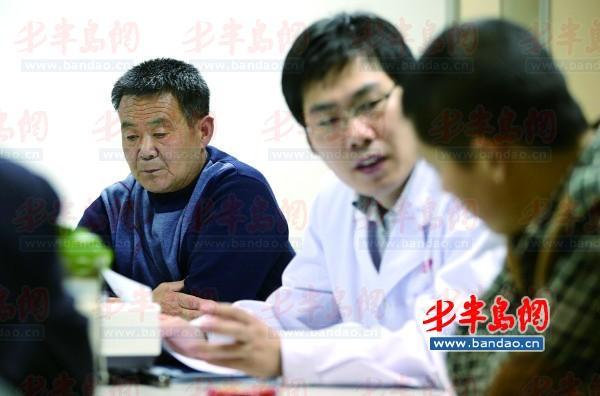 22日,医生向父子俩介绍手术事宜。
