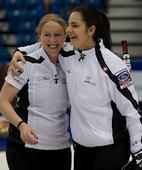 图文:女子冰壶世锦赛瑞士晋级 拥抱庆祝