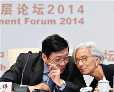 """昨日,""""中国发展高层2014开幕式""""上,国际货币基金组织总裁拉加德与中国财政部部长楼继伟(左)讨论。"""