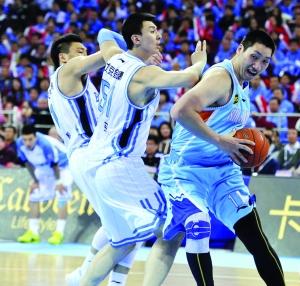 唐正东(右)在内线让北京队吃尽苦头