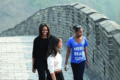 23日,美国第一夫人米歇尔与两个女儿游览慕田峪长城。