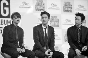 Super Junior-M成员李东海(左)和崔始源(右)出席新专辑记者会。