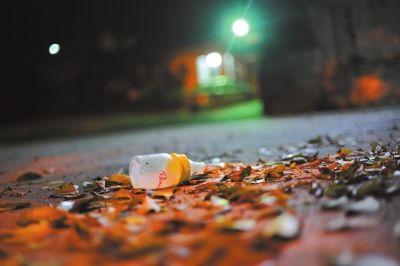 """2月27日晚上,广州市社会福利院的""""婴儿安全岛""""门口,一只被遗弃的奶瓶.图片"""
