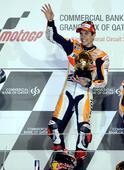 图文:MOTOGP锦标赛马奎兹夺冠 捧奖杯挥手致意