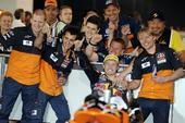 图文:摩托世界锦标赛揭幕站 米勒与团队庆祝