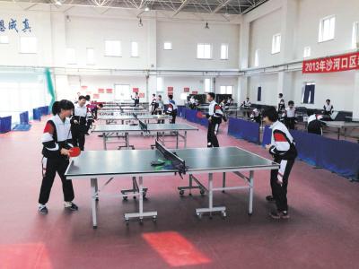 格致中学的初一学生在校体育馆打乒乓球.报木洞第二届龙舟赛图片