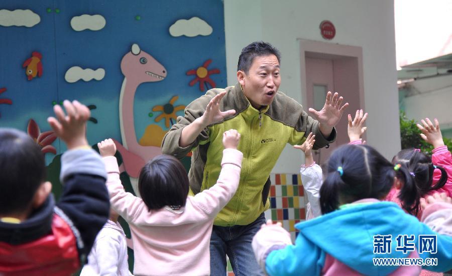 """幼儿园""""租""""男幼师上体育课"""