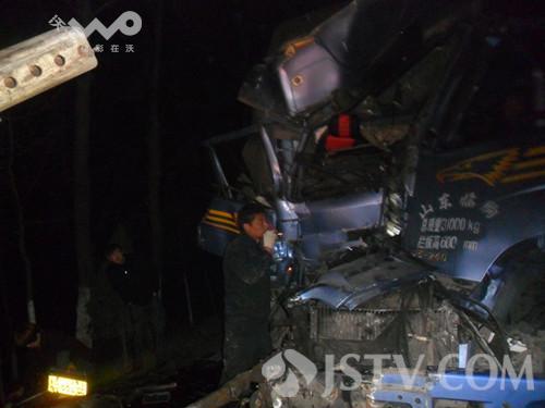 标志 驾驶员/大卡车修车未设警示标志 后方大货车追尾驾驶员被卡(组图)