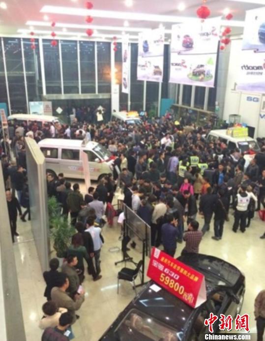 3月25日晚,抢购人潮几乎挤满杭州某4S店的大厅。