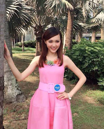 唐嫣以一袭可爱的粉色连衣裙优雅现身,助阵内衣秀。