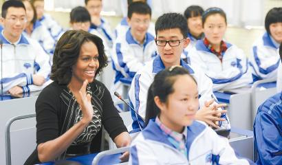 3月25日上午,米歇尔在成都七中通过学校的远程教育系统与温江二中的学生进行远程交流。 本报记者余坪摄