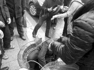 葛女士被救后,保安爬出井外。银行人员供图