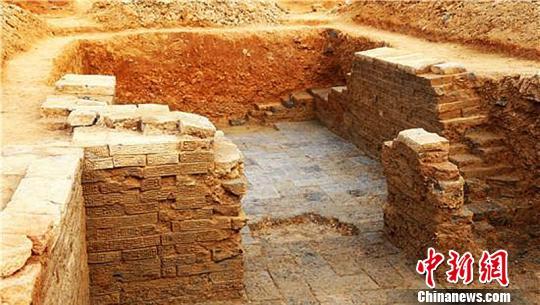 墓葬挖掘现场。 於袁民 摄