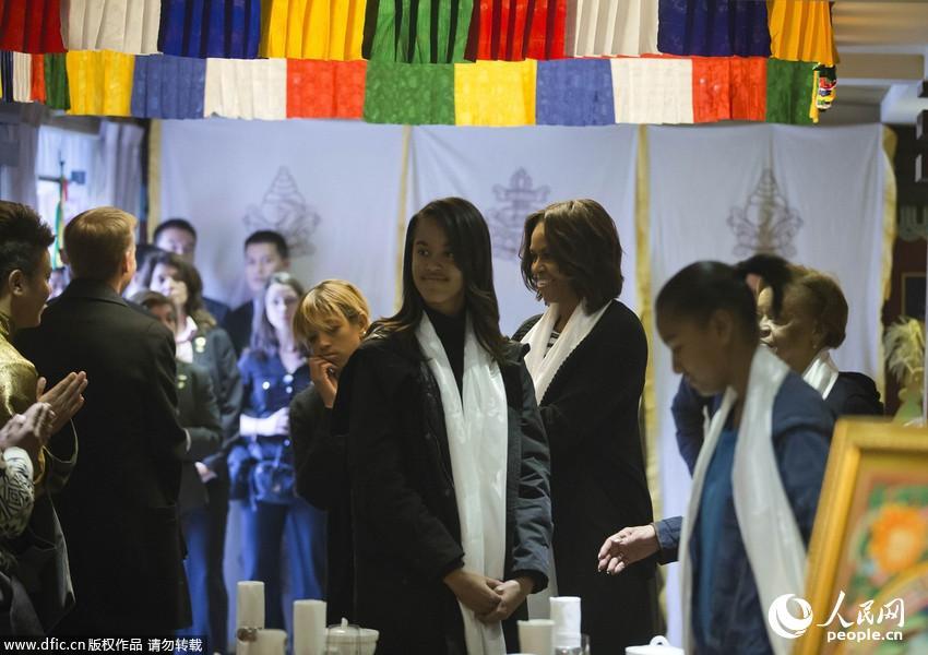 米歇尔/米歇尔一家藏族餐厅就餐当地人献哈达欢迎