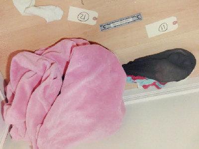 裤袜穴_柳乾房间内,放在地上的粉色毯子,内裤及黑色连裤袜.