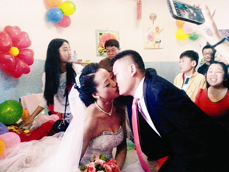 福利院女儿幸福出嫁(图)