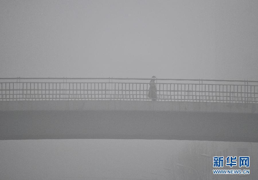 这是3月26日拍摄的合肥大雾中的楼房。当日,安徽合肥遭遇大雾天气,部分地区能见度不足200米,合肥市气象台发布大雾橙色预警。 新华社发