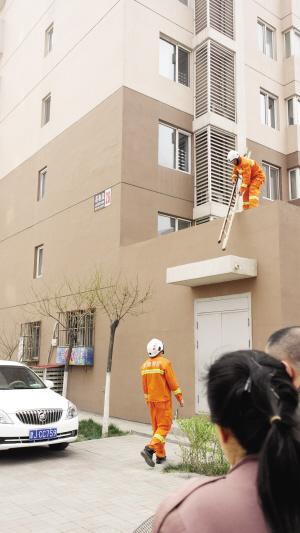 消防人员立起梯子
