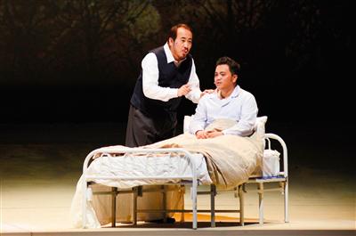 剧中,田浩江(左)与病中的哥哥一起唱《往事只能回味》。