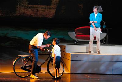 王伟忠(右)说他的哥哥常带着他玩,是他心目中的英雄。