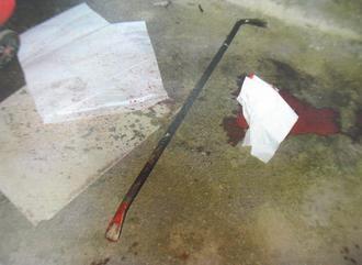这根夺命铁撬长约1米,插进杨的头部约有10厘米。 《联合报》图