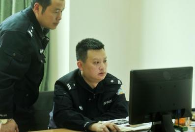 3月17日,成都交警二分局民警李益声在办公室查看案件资料。