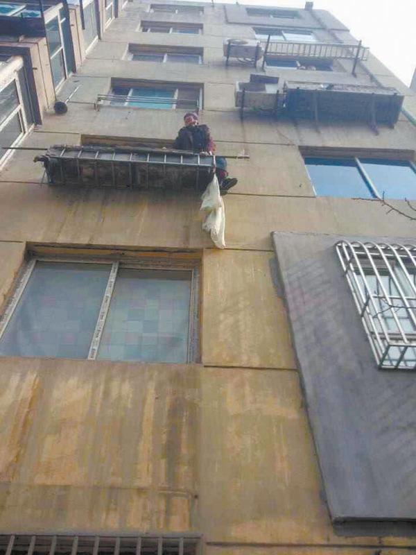 97岁的林奶奶就是从这里坠下3楼,当时情况十分危险。姚先生供图