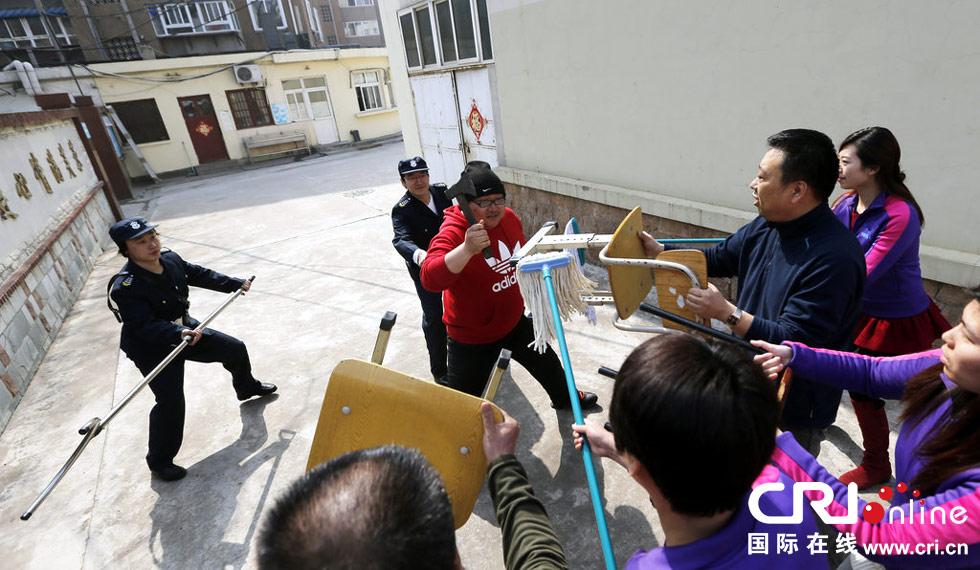 """公安民警、老师和校园保安一起制服""""歹徒""""。图片来源:弋雍/CFP"""
