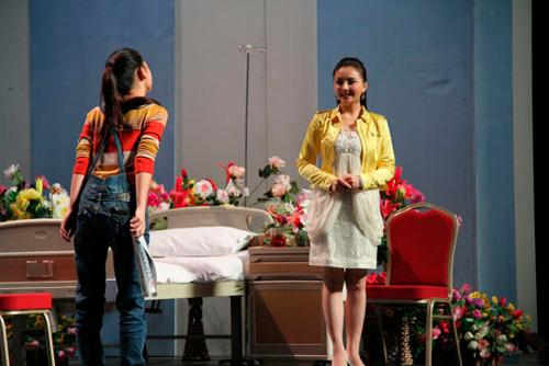 孙茜在话剧《明天》中饰演男主角何亮的妻子。(资料图))