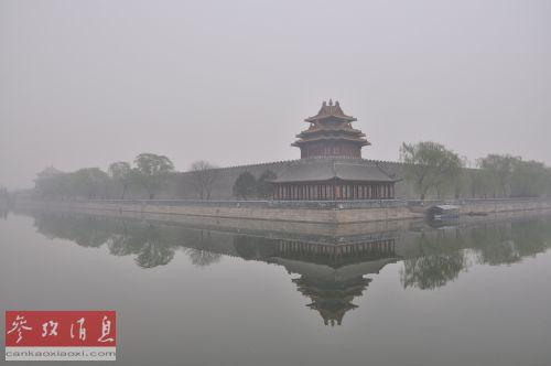 3月27日,北京持续雾霾天气。图为当日,北京故宫角楼被雾霾笼罩。北京市气象台25日傍晚发布了霾黄色预警,预计不利天气将持续到28日。新华社发(吴国才摄)