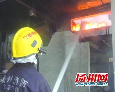 江都邵伯一工厂10吨石蜡和助燃油起火 消防紧急扑救