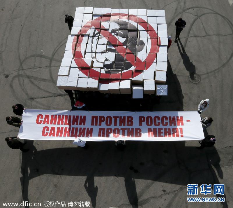 当地时间2014年3月28日,俄罗斯莫斯科,示威者手持纸板箱拼成美国总统奥巴马的肖像,并进行恶搞,抗议美国对俄罗斯进行制裁。