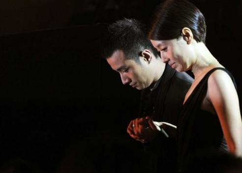 2011年12月15日,北京,某网站大剧盛典,文章、马伊�P夫妇牵手上台。
