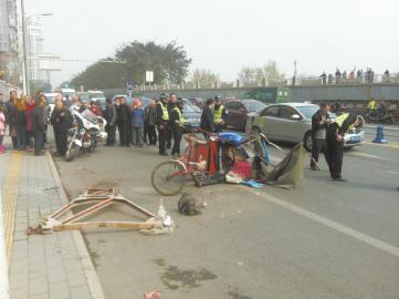 三轮车就是被这个掉落的钢架砸中,酿成惨剧。