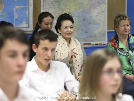 彭丽媛教德国学生学汉语方法 拥抱华裔女生