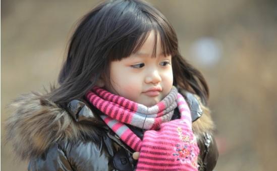 不能洗澡,停水停电等挑战时,王仁甫便通过诱导萌娃关注村里的小动物来
