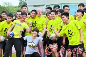 因为橄榄球,来自世界各地的朋友相聚在广州大学城的赛场上。