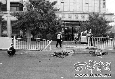 交警正在勘查现场 本组图片由本报记者 赵雷