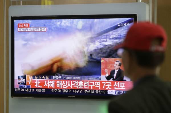 """当地时间2014年3月31日,据韩联社报道,朝鲜发射数枚炮弹,部分炮弹落入""""北方界线""""以南的韩方一侧,韩军使用部署在""""北方界线""""附近以北的K-9自行火炮回击,并出动出动F-15K战机在""""北方界线""""执行警戒飞行任务。"""