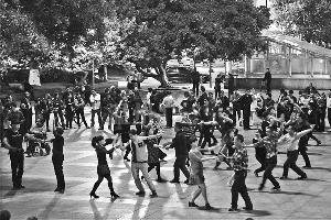 同一天,广场舞依旧热闹